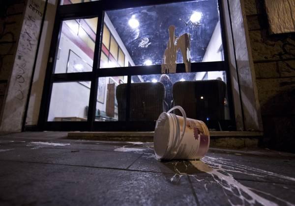 Forconi: No Tav lanciano vernice contro sezione Pd a Roma